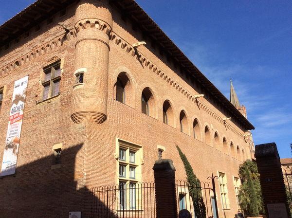 La façade ensoleillée du musée Saint-Raymond
